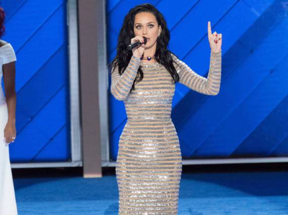 Katy Perry ist für ihre quietschbunten Bühnenkostüme bekannt. Beim Parteitag der Demokraten setzte sie allerdings auf zurückhaltende Eleganz