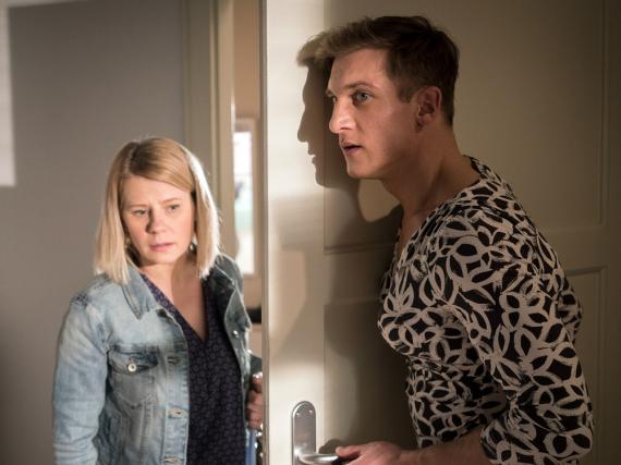 Überraschung für Nina (Jacqueline Svilarov): Ihr Bruder Marek (Martin Walde) trägt Frauenkleider