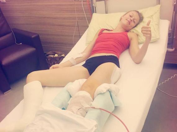 Miriam Höller im Krankenbett einer Spezialklinik in Österreich