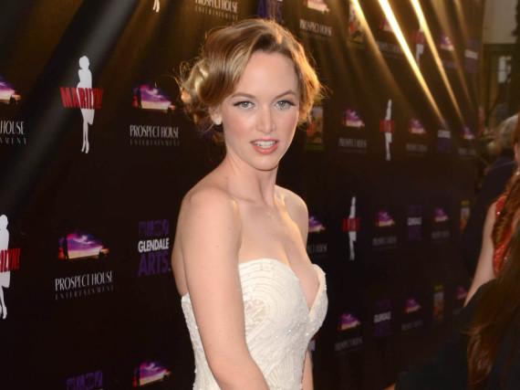 Kelley Jakle macht Marilyn Monroe in diesem cremefarbenen Kleid alle Ehre