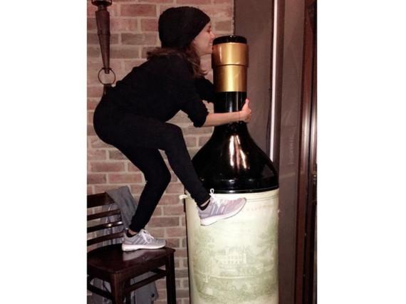 Eine übergroße Flasche Wein? Für Eva Longoria war es wohl Liebe auf den ersten Blick