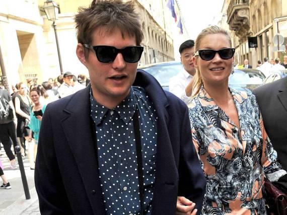 Kate Moss hakt sich Ende Juni in Paris bei Nikolai von Bismarck unter