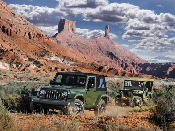 Zwischen dem Wrangler (vorne) und dem Original-Jeep liegen 75 Jahre