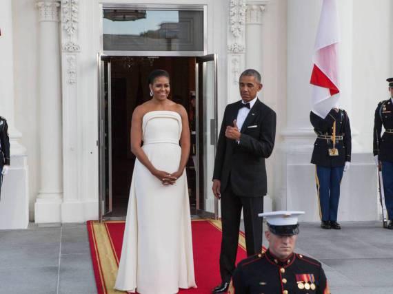 Der Präsident ist beeindruckt: Michelle Obama in ihrer Robe von Brandon Maxwell, dem Designer von Lady Gaga