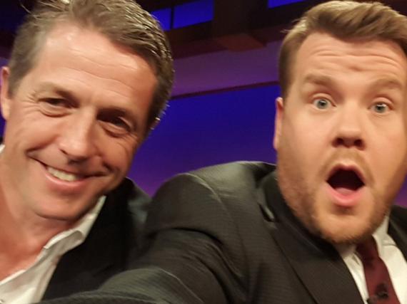 Das obligatorische Selfie mit den Gästen: Moderator James Corden und Hugh Grant