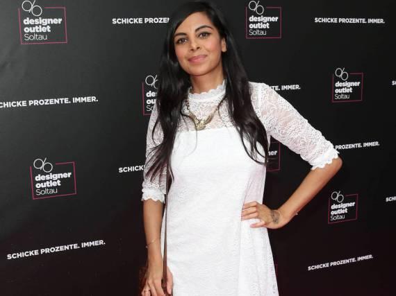 Das Kleid von Collien Ulmen-Fernandes lässt Hippie-Stimmung aufkommen