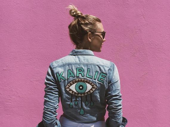 Jetzt wird's persönlich: Wie Karlie Kloss trägt man seinen Namen jetzt auf der Kleidung