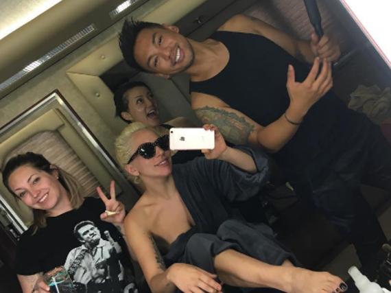 Lady Gaga mit ihrem Team am Set von