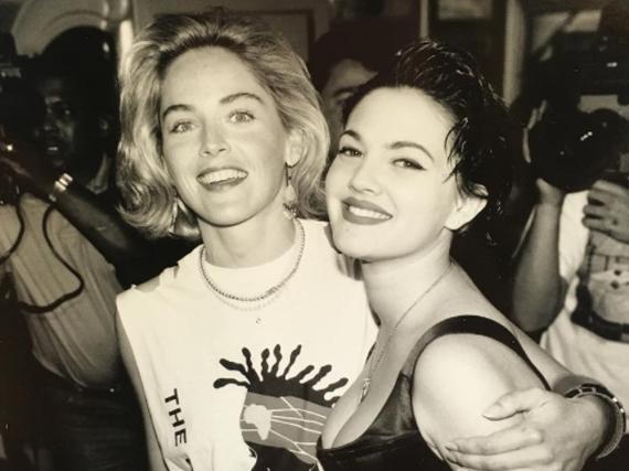 So sahen Sharon Stone (l.) und Drew Barrymore in den Neunzigern aus