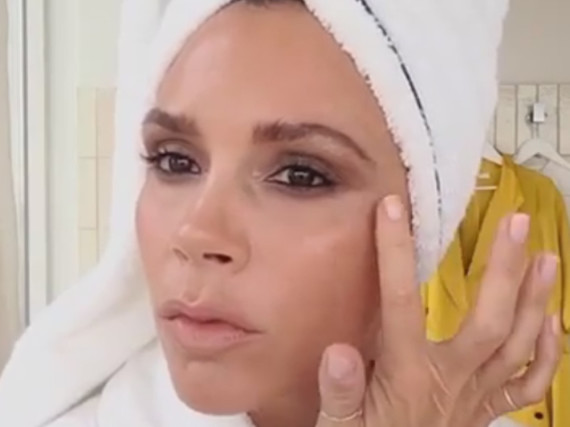 Schön privat: Victoria Beckham lädt ihre Fans zu einem Schnell-Schmink-Kurs ins Badezimmer ein