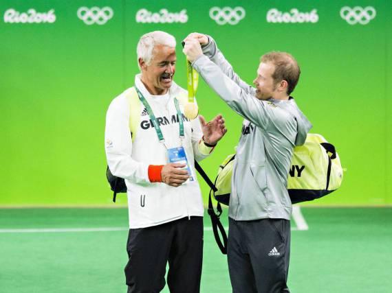 Diese Geste sagt alles: Fabian Hambüchen hängt seinem Vater Wolfgang die Goldmedaille um