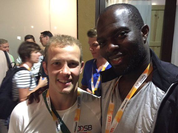Fan mit Idol? Hans Sarpei (re.) hat am Mittwoch in Rio den