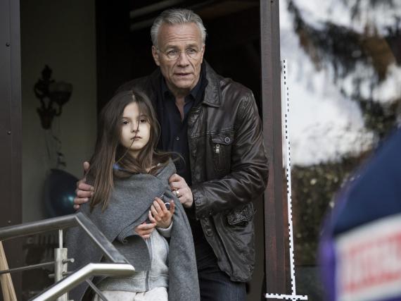 Max Ballauf alias Klaus J. Behrendt mit der traumatisierten Anna (Julie-Helena Sapina)