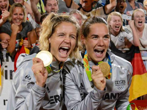 Laura Ludwig (l.) und Kira Walkenhorst mit ihren Goldmedaillen