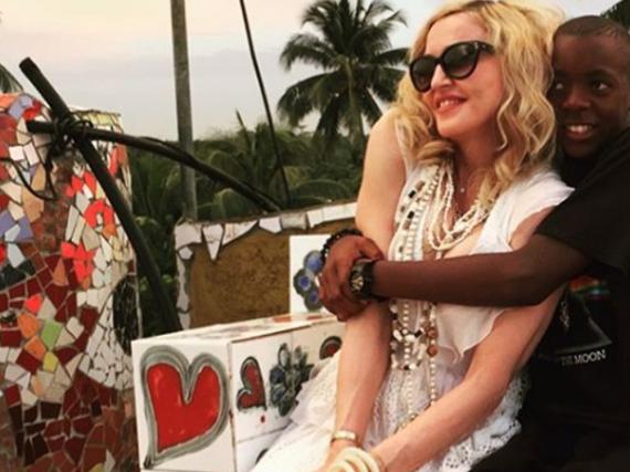 Madonna mit ihrem Sohn David auf
