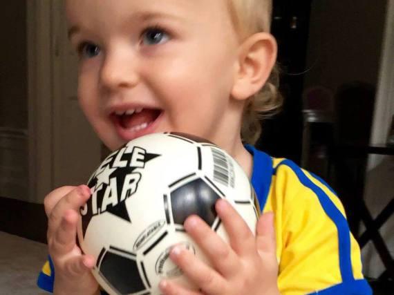 Prinz Nicolas von Schweden feuert die schwedische Frauenfußball-Mannschaft an.