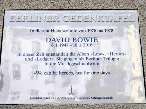 Mit dieser Plakette wird künftig an David Bowies Jahre im West-Berliner Stadtteil Schöneberg erinnert