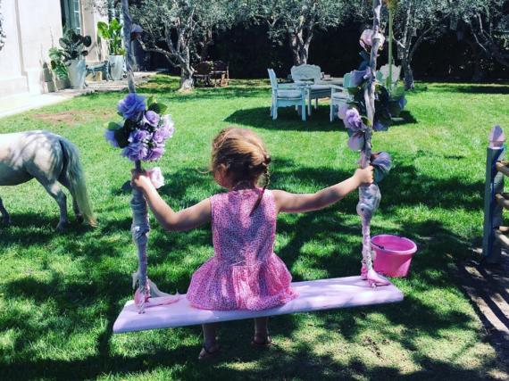 Pinke Schaukel und Pony: Die Tochter von Robbie Williams scheint im Paradies angekommen