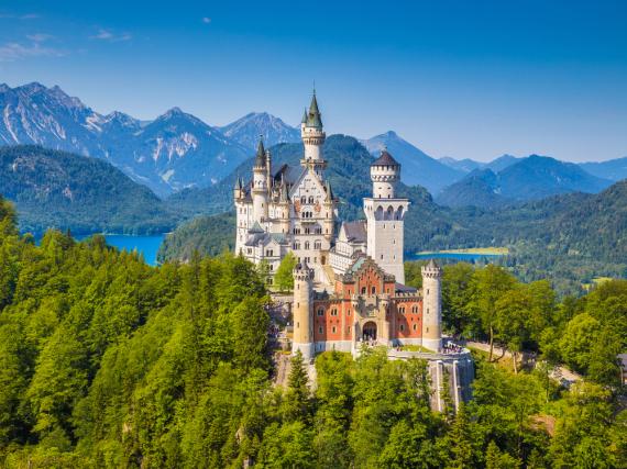 Das im 19. Jahrhundert erbaute Schloss Neuschwanstein gehört zu den größten Sehenswürdigkeiten Deutschlands