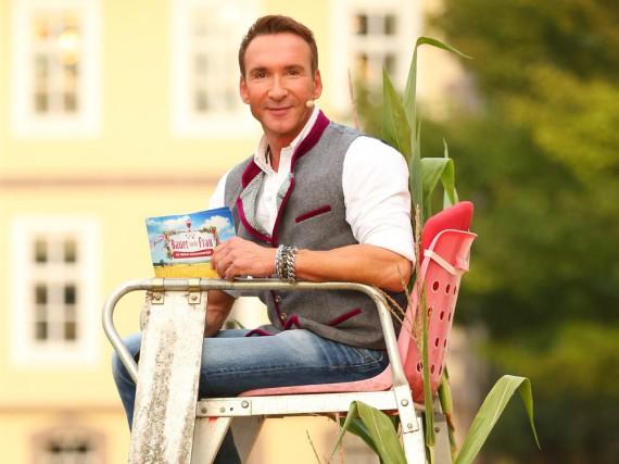 Jochen Bendel strahlt derzeit auch in ungewöhnlichen TV-Situationen wie ein Honigkuchenpferd