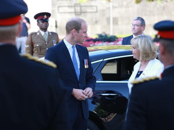 NRW-Ministerpräsidentin Hannelore Kraft begrüßte Prinz William nach seiner Ankunft am Düsseldorfer Ehrenhof