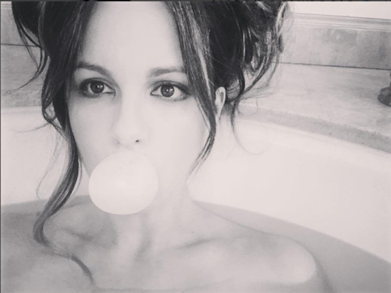 Kate Beckinsale plantscht in der Badewanne