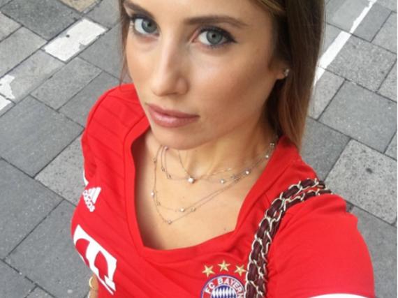 Cathy Hummels hat sich für das Bundesliga-Spiel FC Bayern gegen Werder Bremen passend gekleidet