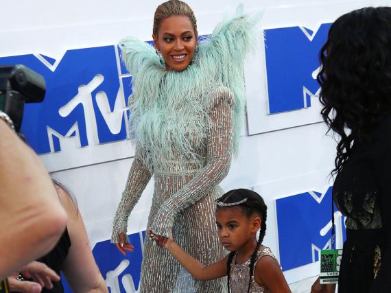 Blue Ivy mit Mama Beyoncé auf dem roten Teppich der MTV Video Music Awards 2016