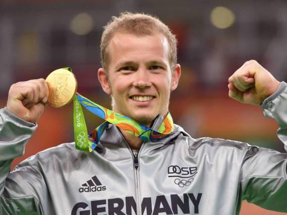 Fabian Hambüchen zeigt stolz seine Goldmedaille in Rio