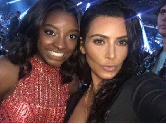 Seit ihrem Olympia-Erfolg trifft Simone Biles auf eine ganze Reihe von Promis. Hier posiert sie mit Kim Kardashian.