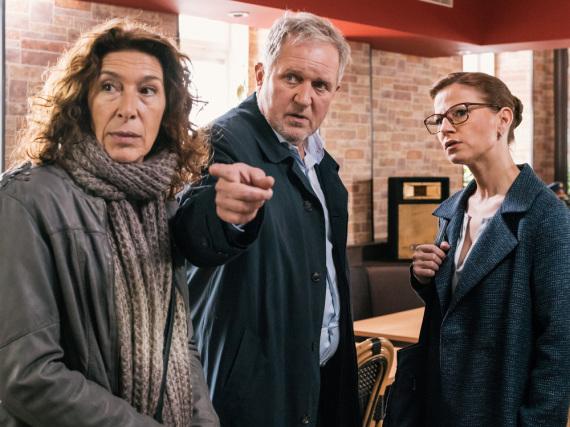 Bibi Fellner (Adele Neuhauser, l.) und ihr Kollege Moritz Eisner (Harald Krassnitzer) sprechen mit Daniela Vopelka (Kristina Sprenger)