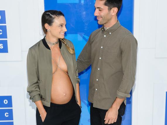 Mit diesem Outfit sorgten Nev Schulman und Laura Perlongo für Gesprächsstoff.