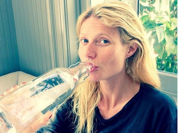 Schauspielerin Gwyneth Paltrow trinkt jede Menge Wasser