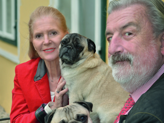 Christiane Hörbiger und Gerhard Tötschinger mit ihren Möpsen Vicco und Loriot - eines von vielen privaten Fotos im Buch