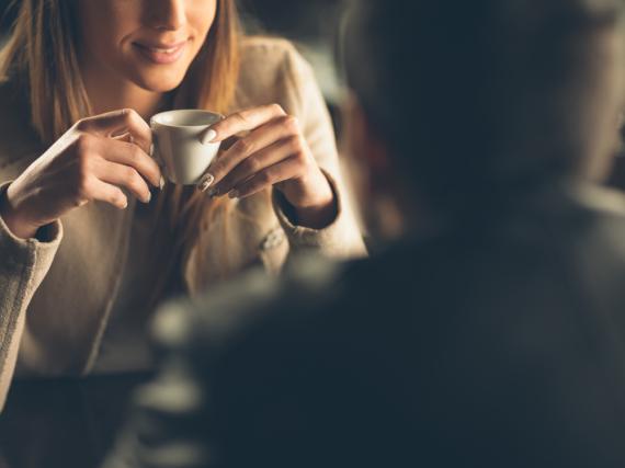 Begrenzen Sie den Zeitrahmen für ein erstes Date im Café auf ein bis zwei Stunden. Wenn es gut läuft, kann man immer noch spontan