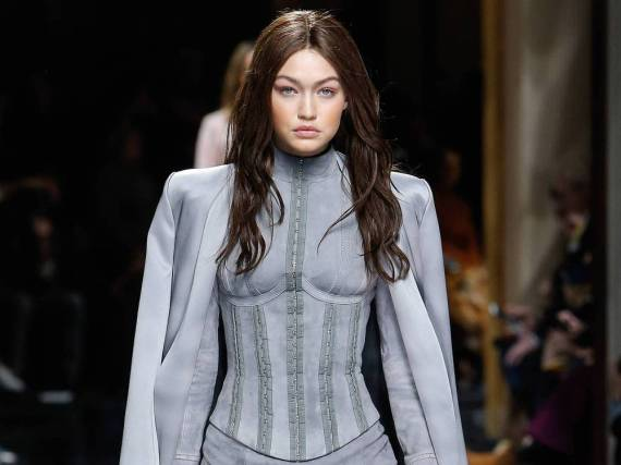 Model Gigi Hadid in Wildleder bei der Präsentation der Herbst-/Winter-Kollektion 2016/17 des Labels Balmain in Paris