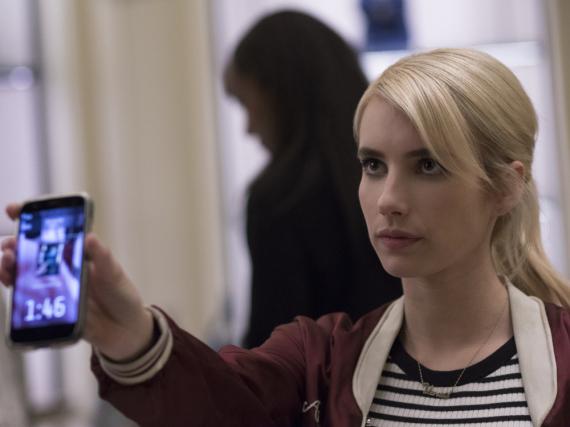 Vee (Emma Roberts) lässt sich auf das gefährliche Online-Spiel