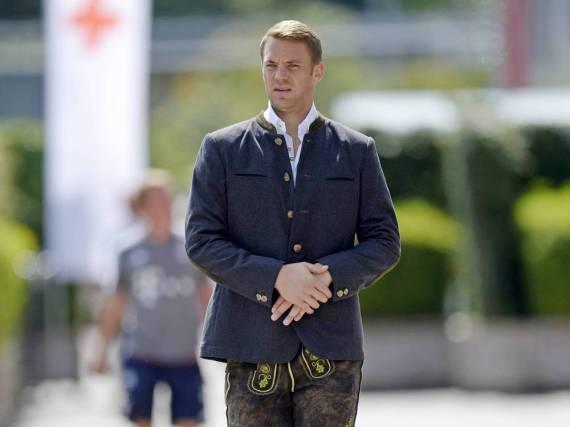 Ein Malocher trägt auch Lederhose. Wenn es sein muss. So, wie Manuel Neuer bei einem Fotoshooting des FC Bayern