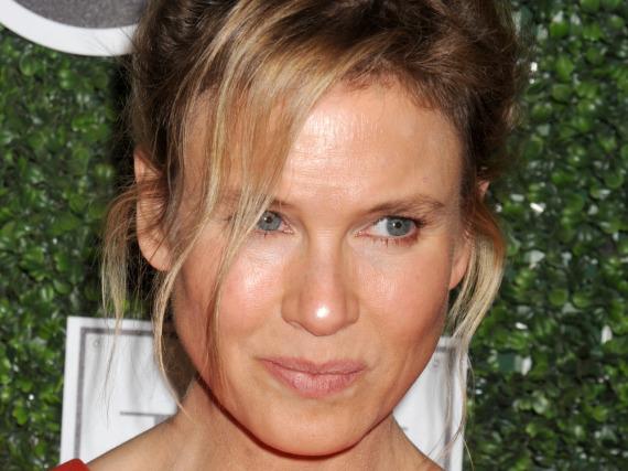 Die Haut ist glattgebügelt, der Blick offen: Von ihren 47 Jahren sieht man Renée Zellweger nichts an