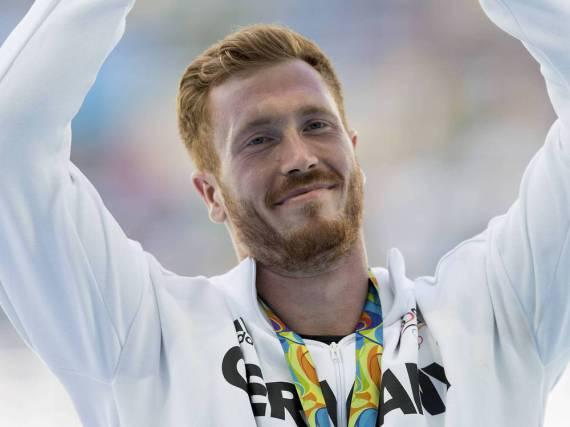 Christoph Harting freut sich in Rio über seine Goldmedaille