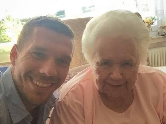 Selfie-Time: Lukas Podolski zeigt sich erneut mit seiner Oma