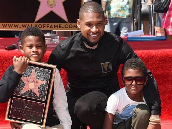 Usher mit seinen beiden Söhnen und seinem Hollywood-Stern