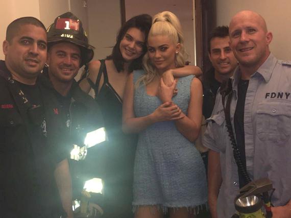 Die Jenner-Schwestern posieren nach ihrer Rettung mit den Feuerwehrmännern