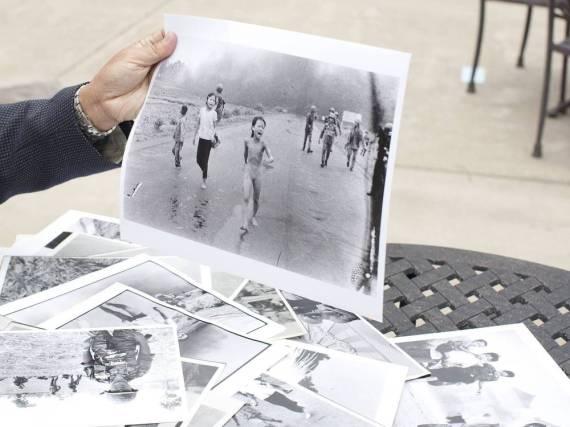 Fotograf Nick Út hält seine Aufnahme