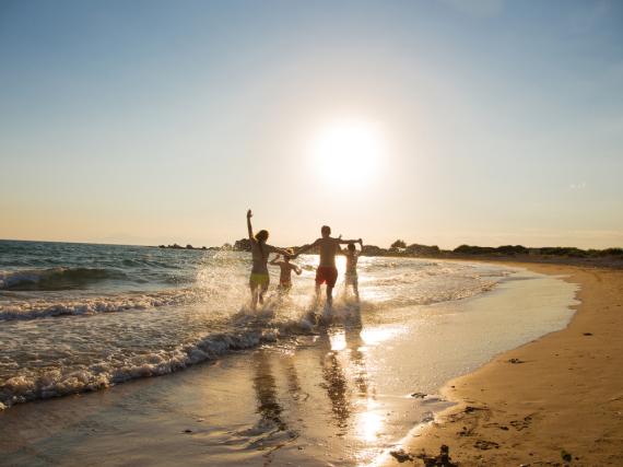 Ein Urlaub an einem sonnigen Strand ist etwas Wunderbares, auch im Herbst