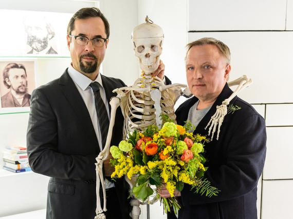 Feierstunde in der Rechtsmedizin der Uni Münster: Prof. Karl Friedrich Boerne (Jan Josef Liefers, l.) und Kommissar Frank Thiel (Axel Prahl, r.)