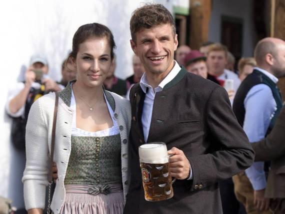Fußball-Star Thomas Müller und Ehefrau Lisa wissen, wie man sich bei kühlen Temperaturen für das Oktoberfest stylt
