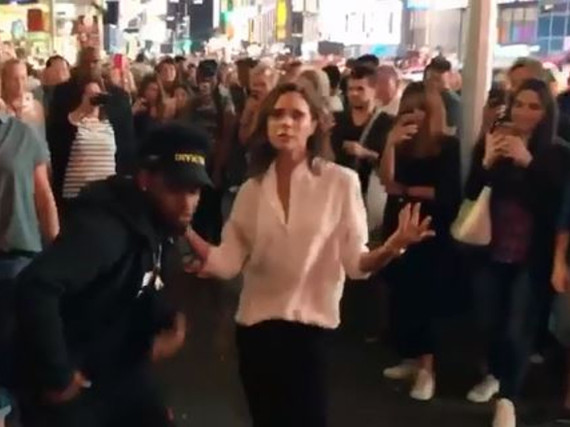 Victoria Beckham tanzt über den Times Square in New York City