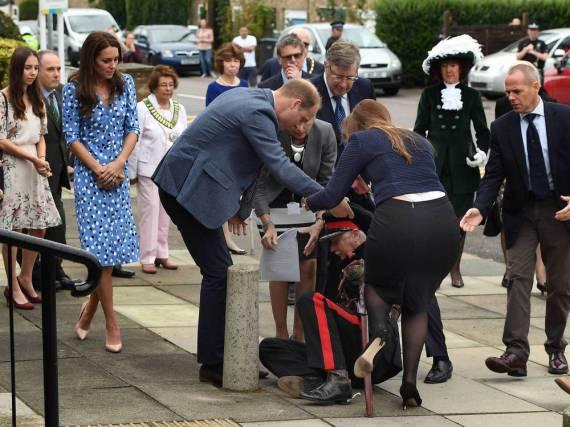 Ohne zu zögern eilte Prinz William am Freitag einem gestürzten Würdenträger zur Hilfe