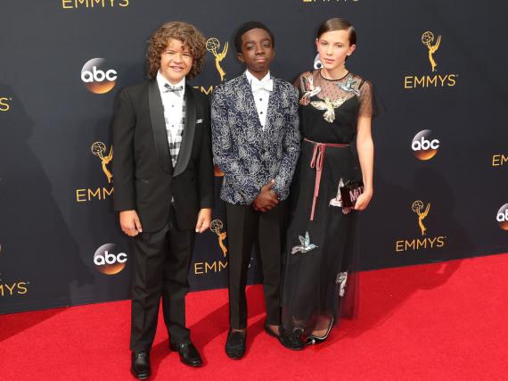 Mini-Fashionstars auf dem roten Teppich der Emmy-Verleihung: Gaten Matarazzo, Caleb McLaughlin und Millie Bobby Brown (von links)